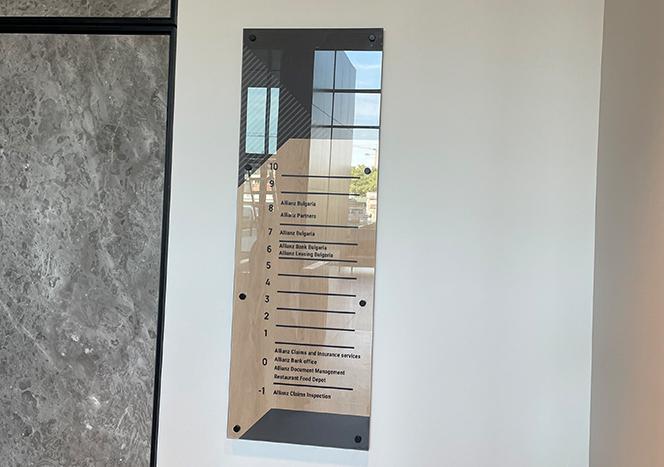Информационно табло от стъкло и MDF