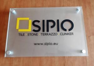 Табела от закалено стъкло с дистанционери